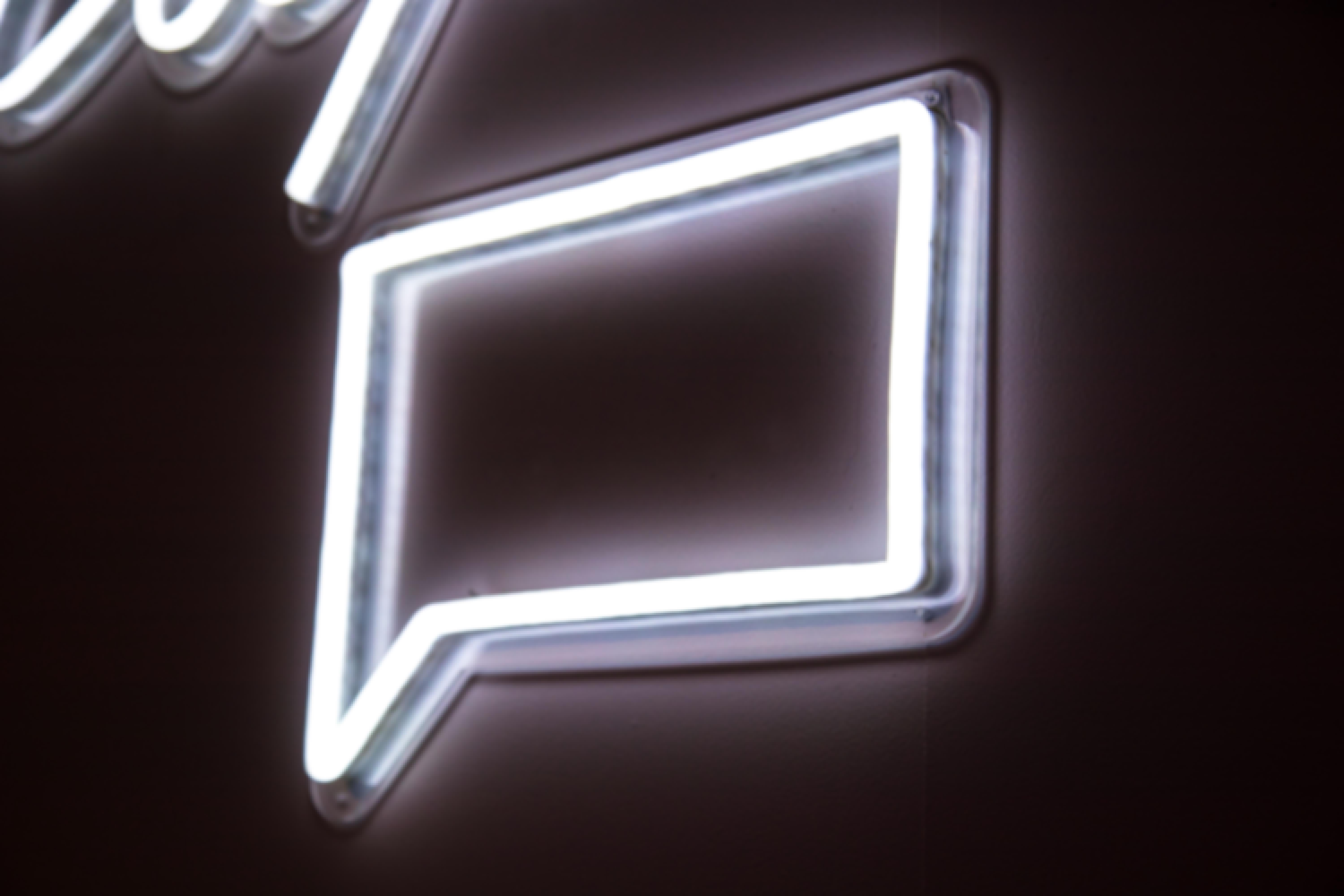 A neon review sign